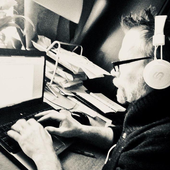 Johan skriver på dator